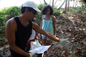 Bobo de Bobo surf school dando su aporte