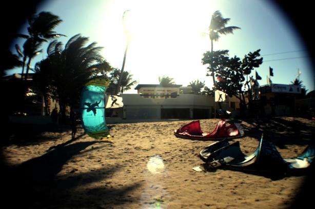 Balcones frente al mar te permiten vivir la experiencia del kite desde tu habitación
