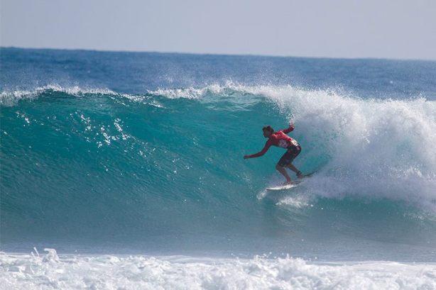 """Eric Osterlund, surfer que bajo buenos """"marrullos"""", dando muestra de su pasión por el surfing"""
