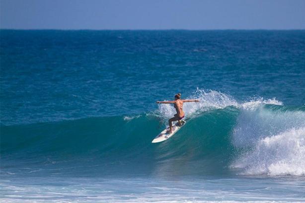Katie Bowcut, otra de la nueva generación femenina del surfing que también se destaca en el surfing